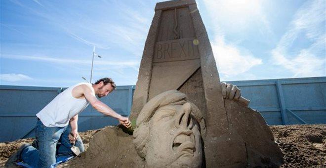 Είναι κακό στην άμμο να χτίζεις... Αγάλματα της Τερέζα Μέι (video) — ΣΚΑΪ (www.skai.gr)