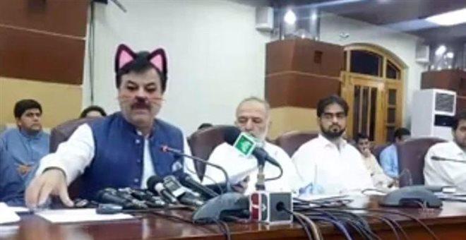 Γιατί εμφανίστηκε με ροζ αυτάκια και μουστάκια γάτας Πακιστανός υπουργός — ΣΚΑΪ (www.skai.gr)