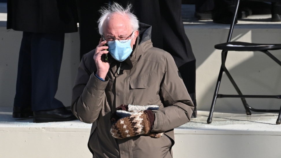 Viral η φωτογραφία του Σάντερς με μπουφάν και γάντια από την ορκωμοσία Μπάιντεν